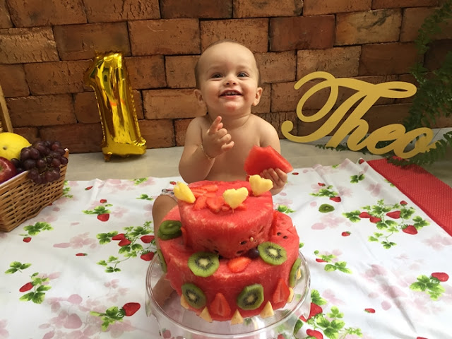 bebê comendo frutas