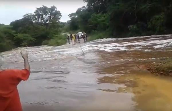 A estrada vicinal que liga o distrito de Tapiranga a sede de Miguel Calmon está interditada por conta da forte correnteza do rio que passa sobre a ponte da Bananeira.