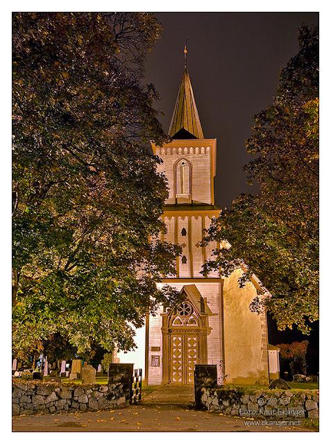 Tanum kirke i Brunlanes en natt i oktober. Bilde er tatt 09.10.2013