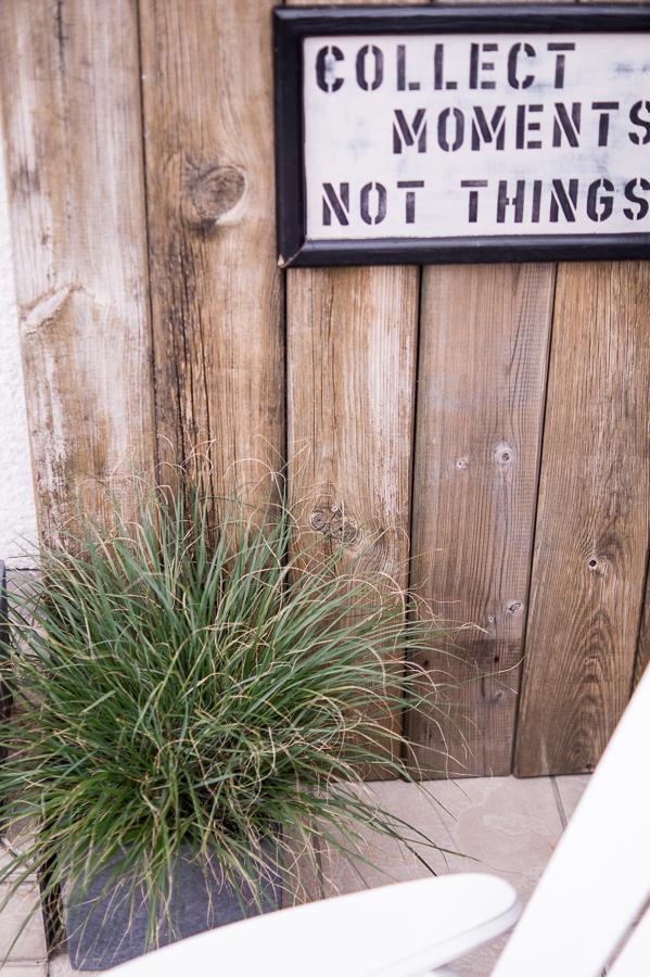 Blog + Fotografie by it's me! | fim.works | Bunt ist die Welt | Garten im Juni 2016 | Gras vor einer Holzwand mit Holzschild