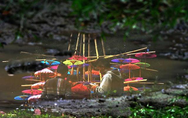 Pantulan air di salah satu area Festival Payung Indonesia