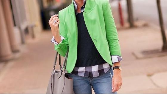 imagem ilustrativa - look com jeans, camisa xadrez preto e branco, camisola de malha preta e blazer verde