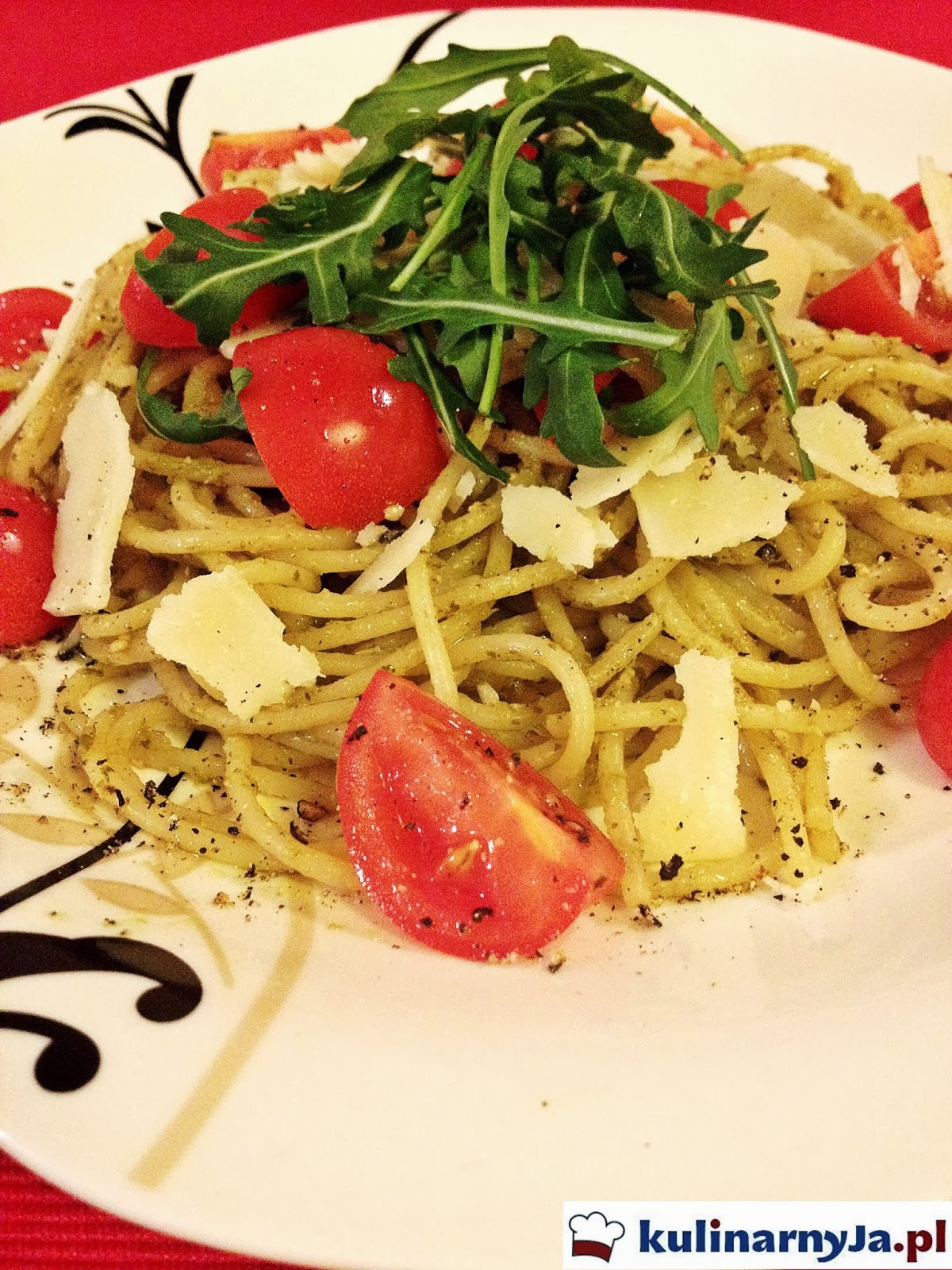 Spaghetti pesto z pomidorami i grana padano