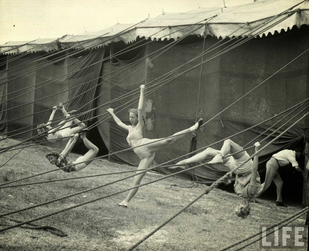 22 Amazing Vintage Photographs That Capture Daily Life of ...