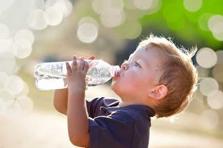 Cara Membiasakan Anak Minum Air Putih Mineral