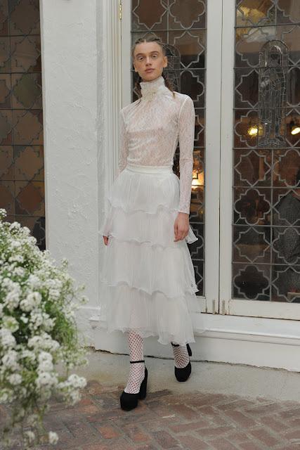 Vestido de novia con cuello cisne de Houghton 2017 - Foto: www.vogue.es
