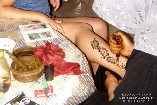 Malowanie dłoni i stóp henną. Czym i po co?
