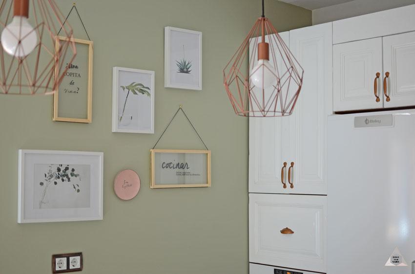 renovación cocina pared verde combinación cuadros