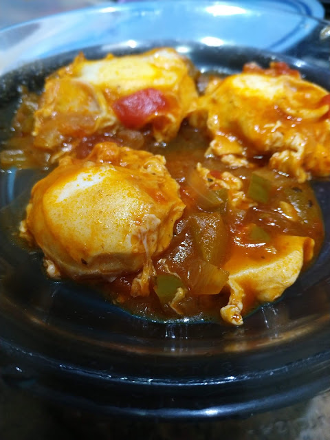 Ovos cozido no molho de tomate