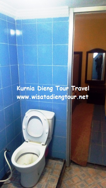 gambar kamar mandi WC duduk VIP room di hotel dqiano dieng