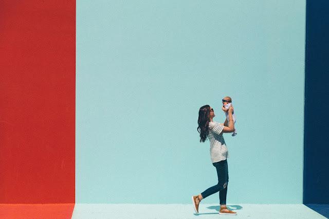 kobieta, dziecko, kolorowa ściana