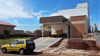 A responsabilidade com questões ambientais também se fez presente neste projeto, com a adoção de uma cisterna para coleta e aproveitamento das águas das chuvas, disposta sob o jardim frontal da casa.