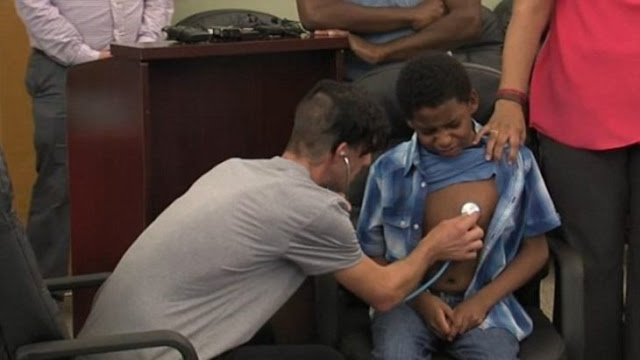 Padre escucha el corazón donado de su hija latir en un niño