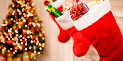 imagem da árvore natal e botas do papai noel