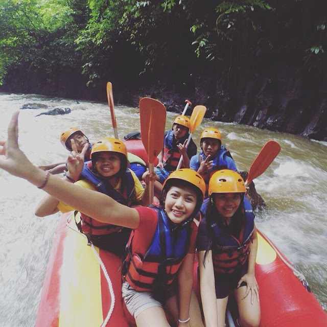 foto cewek rafting di sungai ayung