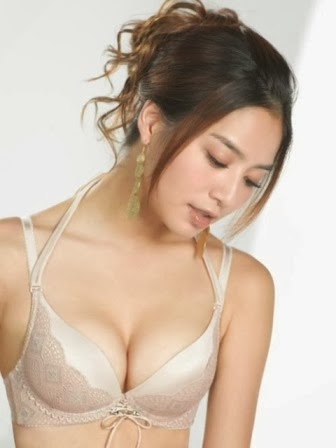 Bianca Bai Artis Wanita Asia dengan Payudara yang Besar