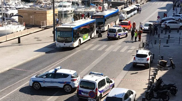 Αυτοκίνητο έπεσε σε δύο στάσεις λεωφορείων στη Μασσαλία