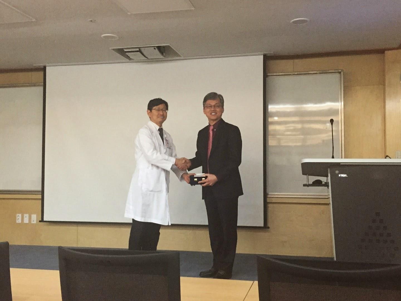 Bác sĩ Man Koon Suh thuyết giảng