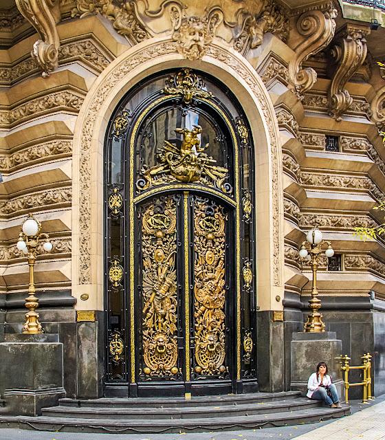Puerta de entrada al Centro Naval en Florida y Córdoba, Buenos Aires.