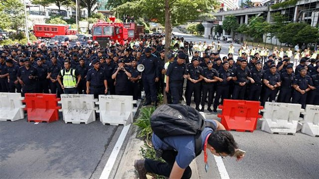 Thousands of Malaysian protesters urge scandal-hit Prime Minister Najib Razak to resign