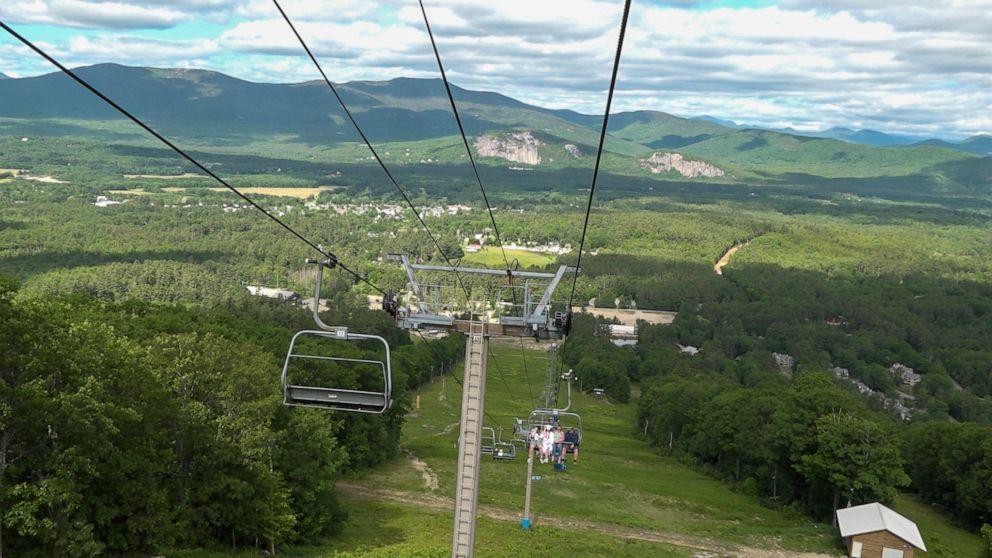 이미지에 대체텍스트 속성이 없습니다; 파일명은 seniors-graduate-ski-lift-ht-01-np-200615_hpEmbed_16x9_992.jpg 입니다.