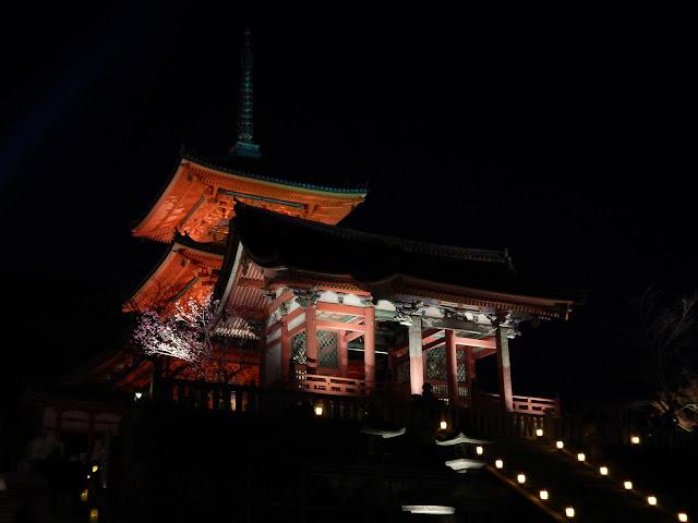 El Kiyozumidera con su iluminación nocturna