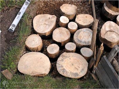 Процес укладання садової доріжки з дерева