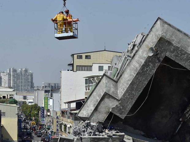Dois sobreviventes é resgatado mais de 50 horas após terremoto abalar Taiwan