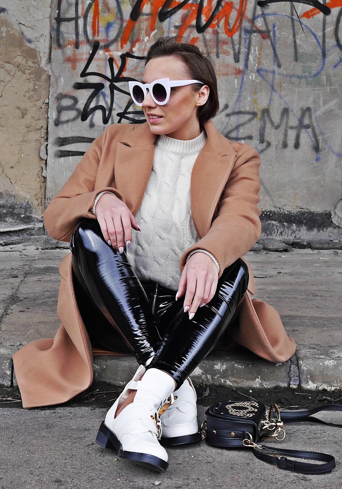 beżowy płaszcz winylowe spodnie białe wycięte botki renee karyn blog modowy