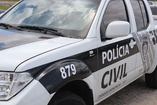 Homem é assassinado a tiros e tem faca cravada no pescoço na Paraíba