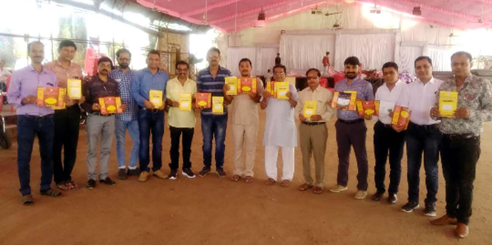 Jhabua News-सकल व्यापारी संघ ने 'एक देश एक चुनाव' की थीम पर किया आमंत्रण पत्रिकाओं का विमोचन