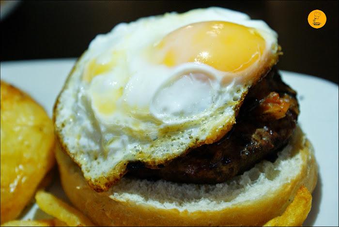 Hamburguesa Manchega (200 g. de presa ibérica, pisto manchego y huevo frito) Gancho Directo Pozuelo Madrid