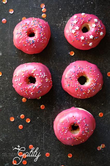 okragle-ciasta-z-rozowym-lukrem