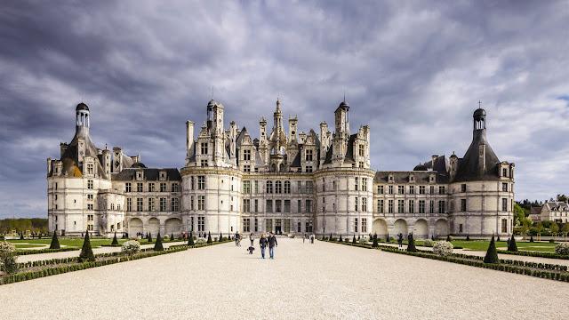 Lâu đài Chambord nằm ở vùng thung lũng sông Loire của, là một trong những tòa lâu đài dễ nhận diện nhất trên thế giới vì phong cách kiến trúc Phục hưng rất riêng biệt. Nơi này được xây dựng vào thế kỷ 16, bao quanh đây là khu vườn rộng lớn có diện tích hơn 2.200ha và nhà máy rượu vang.