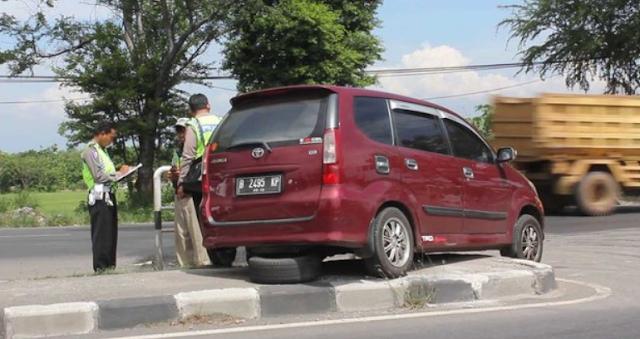 AGEN BOLA - Avanza Tabrak Pembatas Jalan Ingin menghindar Dari Mobil Putar Arah