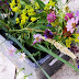 Rusztikus ládába tűzött ünnepi virágmező