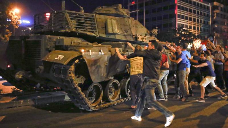 Rakyat turun ke jalan menggagalkan kudeta militer di Ankara, Turki