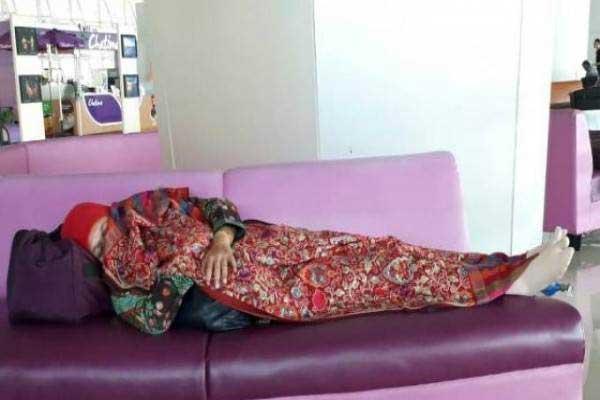 Menteri Sosial Khofifah Indar Parawansa tidur di Bandara