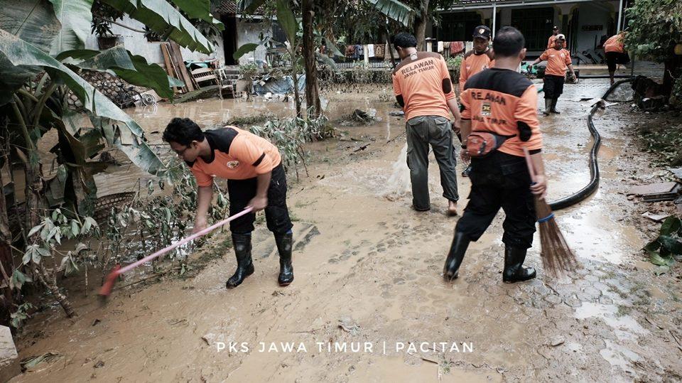Relawan PKS bersihkan Masjid di Desa Sirnuboyo Pacitan