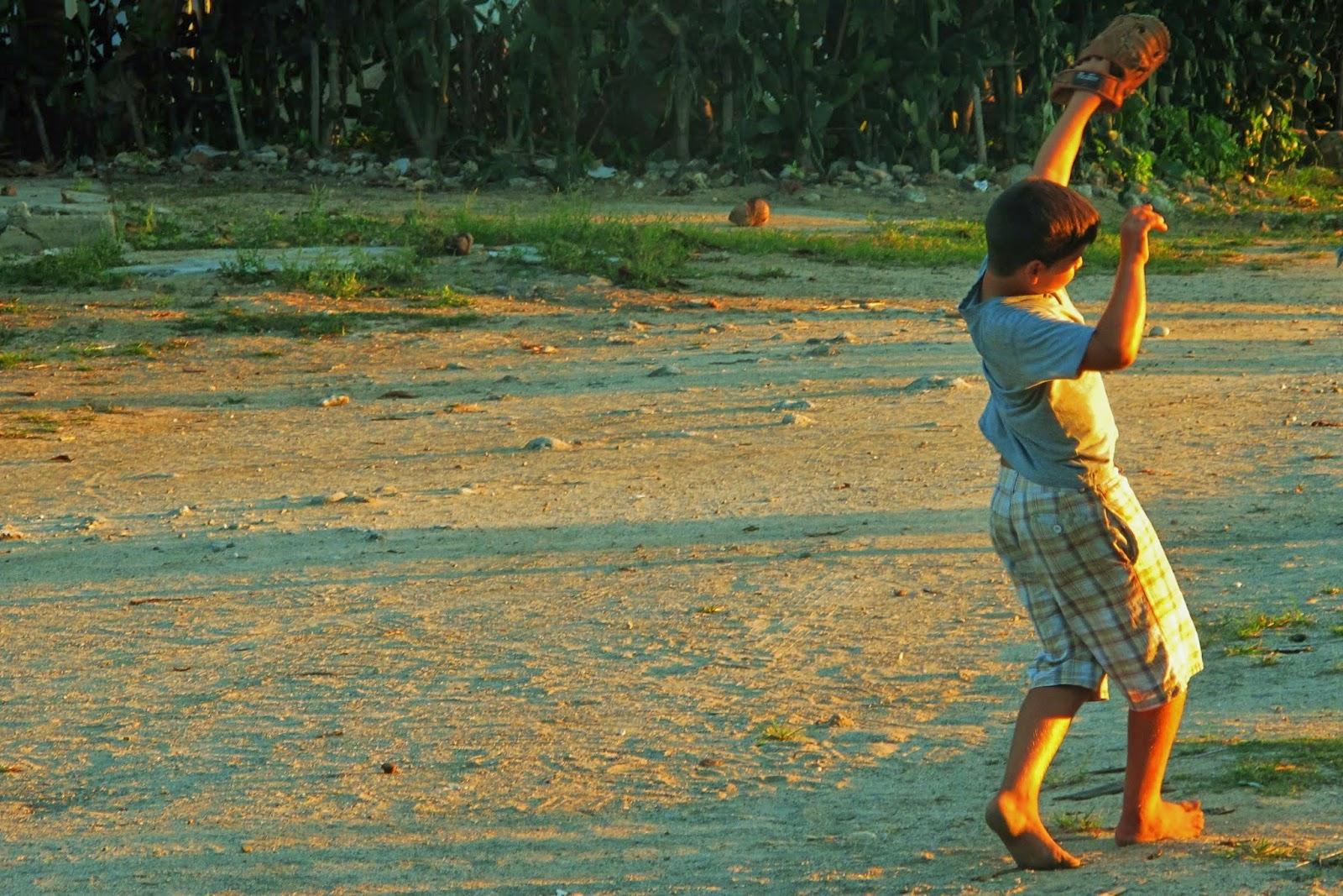 Nativo jogando beisebol, esporte mais comum de Cuba