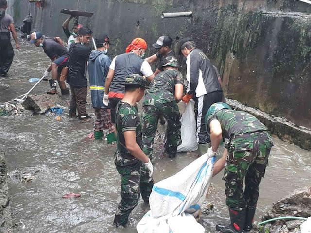 Sambut HUT RI, Aparat dan Pemda Bersihkan Sungai di Pasar Binaiya Masohi