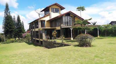 villa untuk liburan keluarga besar halaman luas