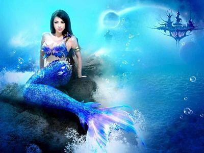 Sirena sentada sobre una roca en la playa