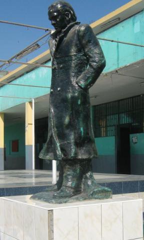 Foto del monumento de César Vallejo en un colegio