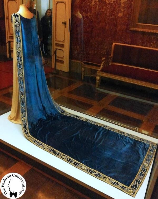 Allestimento mostra Il manto di corte di Donna Franca Florio, nella sala da ballo della Galleria del Costume di Palazzo Pitti