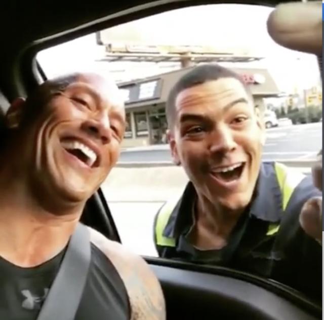Fan de The Rock para el tráfico para tomar una selfie con él