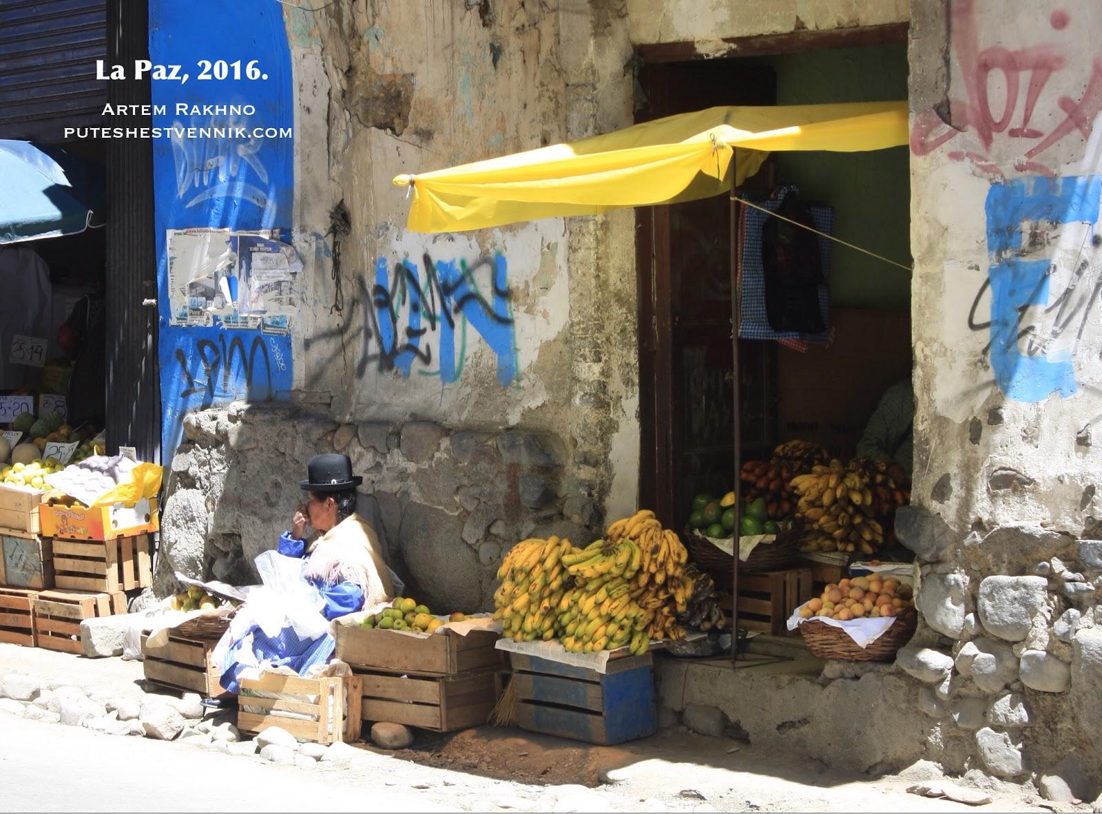 Женщина со шляпой-котелком и бананы