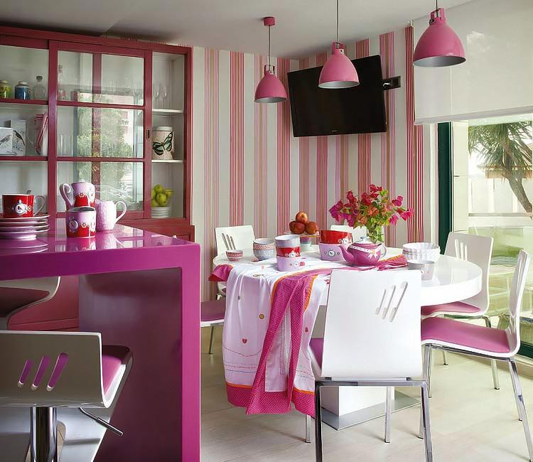 Cocina decorada en tonos rosas