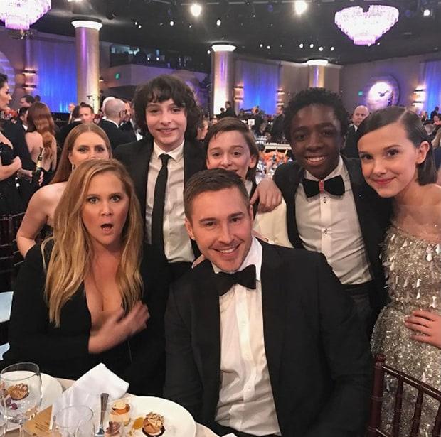 Millie Bobby Brown y los niños de Stranger Kids posan con Amy Schumer y Amy Adams durante la gala de los Golden Globes