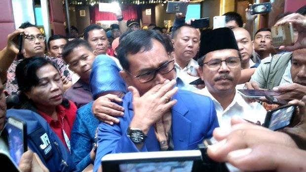 Salah satu bakal pasangan calon (paslon) gubernur Sumut Jopinus Ramli (JR) Saragih menangis saat memberikan keterangan pers pascapenetapan KPU Sumut, Senin (12/2/2018).
